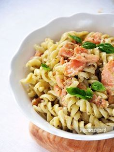 Makaron z łososiem z bazyliowym pesto Pesto, Pasta Salad, Cooking Recipes, Lunch, Fish, Ethnic Recipes, Pierogi, Kitchenettes, Poland
