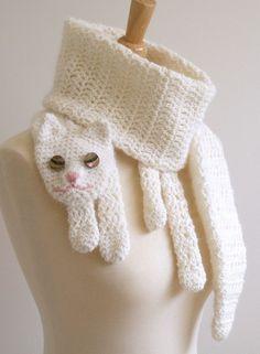 """Cachecol Gato. Crochê feito à mão, com fios de lã merino macia / angora em creme. Olhos são feitos de botões de casca encantadoras. As dimensões são 60 - ½ """"de comprimento x 5 - ¼"""". Largura."""