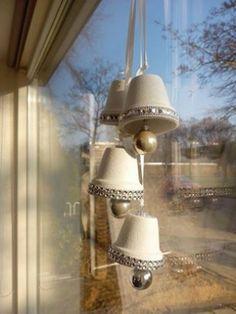 Kerstklokken gemaakt van bloempotjes