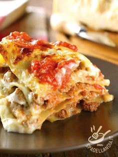 Lasagne cheese and sausage - use fresh mozzarella instead of stracchino Italian Cookie Recipes, Gourmet Recipes, Cooking Recipes, Crepes, Ricotta, Italian Sausage Lasagna, Weird Food, Gnocchi, I Love Food