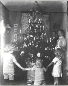 §§§ . A Danish family dances around their flaming Christmas tree 1914