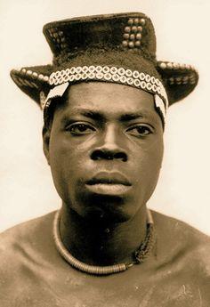 Coiffe Fang, début du XXème siècle, région du Sud Cameroun. Photos de la mission Cottes, 1908. DR