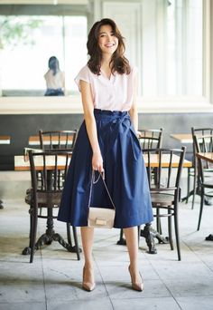 Skirts are a very popular mix all year round. Girls who learn to use skirts to change the overall proportion and create everyday wear must… Modest Fashion, Skirt Fashion, Fashion Outfits, Fashion Moda, Womens Fashion, Fashion Fashion, Classic Fashion, Fashion News, Uniqlo Style
