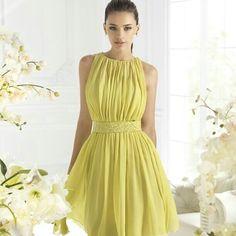 Un hermoso vestido verde con un escote en u