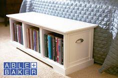 Uma caixa de arrumação forrada com lombadas de livros,   fica completamente camuflada numa estante     Veja AQUI  um tutorial simplific...