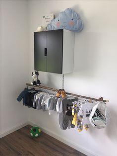 Babykamer 👌🏻 voor jongens of meisjes. Ikea kast, 3 lagen, stok voor klerenhangers.