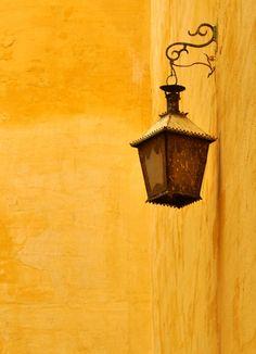 Esterno giallo con lanterna vintage. Serve soltanto un angolo da dipingere.