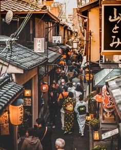 Ponto-chō Alley in Kyoto becomes a magical place in the evening and is often thought to be the most beautiful street in the city. Did you know that no cars, modern buildings or gaudy signs are allowed? Aesthetic Japan, City Aesthetic, Japanese Aesthetic, Photo Japon, Japan Photo, Japon Tokyo, Cultural Architecture, Japanese Architecture, Japanese Culture