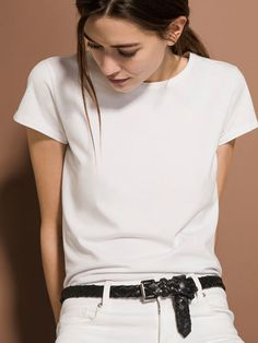 Women´s T-shirts at Massimo Dutti online. Enter now and view our Spring Summer 2019 T-shirts collection. Short Jeans, White Shirts Women, T Shirts For Women, Basic Shorts, Looks Street Style, Blank T Shirts, Shirt Mockup, Basic Outfits, Western Outfits