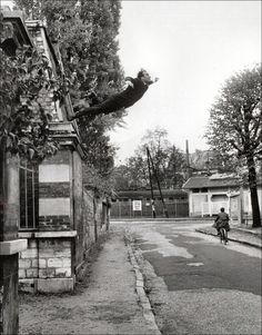 L'artiste plasticien français Yves Klein est avant tout connu pour ses peintures monochromes d'un bleu auquel il aura donné son nom mais il a aussi réalisé un certain nombre de performances dont « Le Saut dans le vide » photographie qui le montre en train de s'élancer du haut d'un batiment comme si il allait s'envoler.