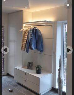 Weiße Garderobe mit integrierter Beleuchtung
