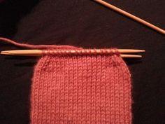 Los calcetines se suelen tejer con agujas de doble punta o circulares. Una vez empiecess a tejer calcetines te costar Lisa, My Tea, Knitted Hats, Socks, Fancy, Knitting, Sewing, Handmade, Fashion Tips