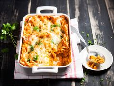 Herkullisen värinen lasagne saa värinsä maustetusta paprikanmakuisesta ruokakermasta.