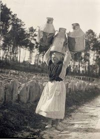 ¡ A cabesa non para ! Matilda, Black White Photos, Black And White, Arcade, Working People, Monochrome Photography, Women In History, Photography Women, Old Pictures
