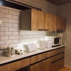 """まいほーーむ♡ on Instagram: """". . 我が家のカップボードはキャビネット?が低めです☺︎ . 私が152cmと割と小さめサイズでして👩🏻🦰 . 見た目的にも低い方が好みだったので 低めにつけてもらいました♡ . 以前使っていた食器棚は手が届かなくて 毎日椅子を使って取っていたので…"""" Kitchen Cabinets, Interior, Home Decor, Instagram, Japanese Cuisine, Kitchens, Decoration Home, Indoor, Room Decor"""