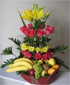 Centros de mesa con frutas y arreglos frutales Basket Flower Arrangements, Beautiful Flower Arrangements, Fruit Arrangements, Beautiful Flowers, Fruit Flowers, Diy Flowers, Fruit Centerpieces, Golden Garden, Chocolate Bouquet