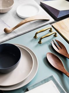 Ett kollage av olika köksluckor i vackra färger från brutet vitt till en sober grå och en vacker turkos sätter fart på inspirationen. Härliga material som marmor, mässing, keramik och trä är vackert ihop och älskade köksmaterial.