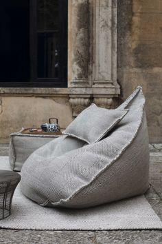 A bean bag chair is multi functional: a lounger, a recliner, a chair, a hammock and way more! A bean bag chair is a brilliant useful and cozy piece of Pouf Ottoman, Home And Deco, Diy Furniture, Wicker Furniture, House Design, Design Shop, Interior Design, House Styles, Home Decor