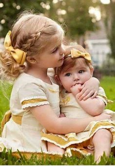 Little girl and her baby sister. Sibling Photos, Family Photos, Precious Children, Beautiful Children, Baby Pictures, Baby Photos, Little Sister Pictures, Cute Kids Photos, Sister Poses