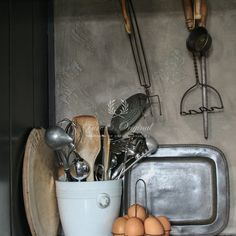 Marrakech Walls, as tadelakt look in the color Potato Skin. Protected with Dead Flat Eco Sealer to clean it as it is used in the kitchen Kitchen Shelf Decor, Kitchen Shelves, Kitchen Decorations, Lime Paint, Tadelakt, Larder, Mineral Paint, Kitchen Collection, Interiors