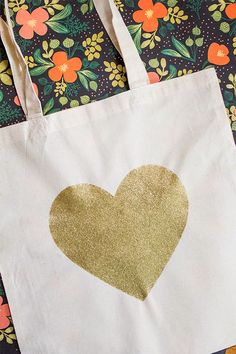 Super cute!  DIY Gold Glitter Heart Tote Bag