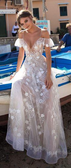 Vestido transparente de noiva com renda branca. Pinterest: @giovana