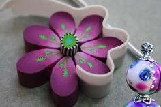 Fata Bislacca: Detailed process of making the flower cane including very basic techniques like Skinner Blend and simple black & white stripey cane in center. (Translate) #Polymer #Clay #Tutorial