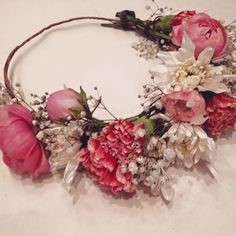 ❃✾❃ᏴᎪᏟᎻᎬᏞᎾᎡᎬᎢᎢᎬ FᏞᎾᏔᎬᎡᏚ❃✾❃ fresh flower crown tutorial bachelorette party! so much fun teaching these girls how to make their own fresh crowns! {crown pictured made with fresh peonies, baby's breath, daisies and carnations}  www.flowergypsies.com #flowergypsies #flowercrown #peonie #babysbreath #bachlorette www.flowergypsies.com