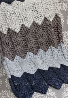 Try this Crochet Chevron Blanket Pattern today! This Crochet Chevron pattern for this blanket is easy to make and uses a simple chevron crochet repeat! Crochet Afghans, Crochet Ripple, Manta Crochet, Crochet Blankets, Ripple Afghan, Chevron Crochet Blanket Pattern, Chevron Blanket, Lap Blanket, Crochet Crafts