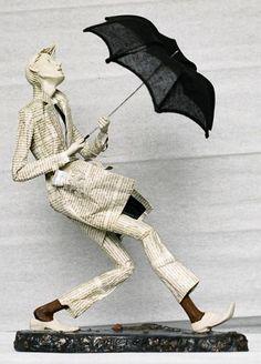 sculpture papier maché d un homme en papier journal qui fait face à un orage, déco maison diy