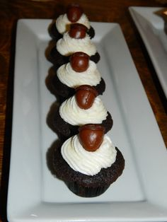 Acorn Cupcakes at Thanksgiving Mini Dessert Buffet #thanksgiving #desserts