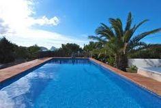 Bach est une villa moderne et luxueuse pour 8 personnes. Grand jardin avec piscine.