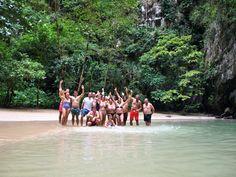 """Ko Muk Island (Tailandia). Esta es una playa """"secreta"""" en la que llegamos nadando por una pequeña cueva durante 5 minutos. Viaje en velero."""