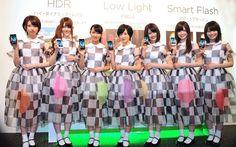 「HTC J ISW13HT」を手にした乃木坂46七福神。