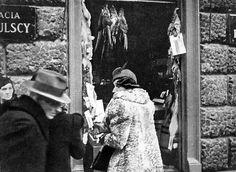 Przed witrynami delikatesów  Braci Pakulskich - jak w tym przy Marszałkowskiej - przed świętami zwisały zające i bażanty Warsaw, City, Poland, Places, Cities, Lugares