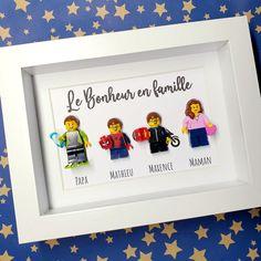 Un joli portrait de famille ! Mathieu a sorti son déguisement de Spiderman et Maxence sa tenue de (futur) motard ! Ils ne sont pas jumeaux mais ils se ressemblent beaucoup ! Merci à Pauline-Marie pour sa confiance ! 😊 #enfamille #portraits #portraitdefamille #portraitdesign #portraitdenfant #Enfance #enfantsheureux #familleheureuse #cadrevitrine #minifigurines #minifigurineslego #Lego #LesPortraitsdeFelie Lego, Spiderman, Creations, Creativity, Frame, Ideas, Happy Family, Family Portraits, Twins