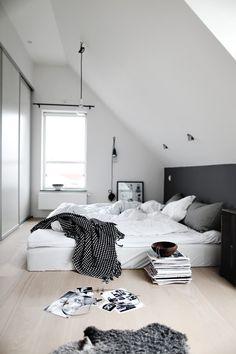 Illustrerer sengegavl via mørkegrå maling