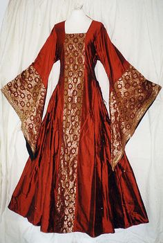 and century) velvet and brocade, with sleeve lining lzm - for twelfthnight - need suitable undergown and using velvet in Hawaii is just too darned hot - perhaps silk/satin? Moda Medieval, Medieval Gown, Medieval Clothing, Historical Clothing, Renaissance Costume, Renaissance Dresses, Medieval Costume, Old Dresses, Vintage Dresses