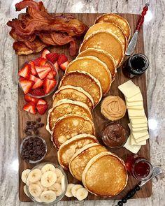 Brunch Boards sind im Grunde Frühstück Wurstwaren und mein Mund wässert Baked Bacon Recipe, Bacon Recipes, Cooking Recipes, Pancake Recipes, Dessert Recipes, Healthy Recipes, Dessert Food, Detox Recipes, Dessert Bars