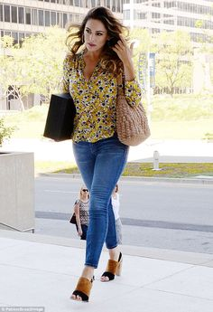 Mellow yellow: Kelly Brook looked incredible in a floral blouse and skinny jeans as she made her way to a meeting at Beverly Hills in Wednesday Kelly Brook Style, Kelly Brook Photos, Kelly Brook Body, Floral Blouse Outfit, Cool Outfits, Casual Outfits, Seventies Fashion, Outfit Jeans, Mellow Yellow