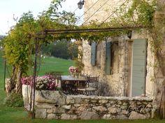 """Pergola au niveau du pignon de la maison pour matérialiser """"l'entrée"""" (sur petite longueur pour que ca ne passe pas devant une fenêtre, pour ne pas assombrir la maison)"""