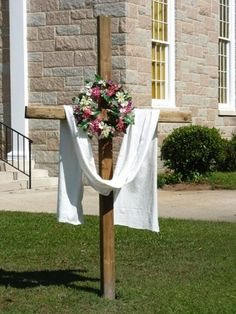 Crosses Decorated for Easter Inside and Outside the church Easter Altar Decorations, Christmas Flower Arrangements, Crosses Decor, Easter Season, Easter Cross, Palm Sunday, Easter Projects, Hoppy Easter, Easter Wreaths