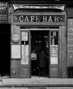 Vintage Café: To sit and enjoy a coffee and have conversations. The simple things in life. Café Moineau - Paris, France, Circa Photo Credit: Ed van der Elsken Paris Photography, Monochrome Photography, Vintage Photography, Black And White Photography, Vintage Cafe, Vintage Paris, French Vintage, Vintage Style, Photo Ed