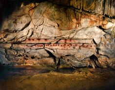 Panel de las manos, en la cueva de El Castillo (Cantabria). Una de las siluetas de una mano tiene al menos, 37.300 años y un disco rojo, 40.800. Son las pinturas rupestres más antiguas de Europa.