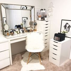 Cool Ideas floral bedding set to your Edwardian style bed to add a feminine touch to the room. tafel slaapkamer The Refreshing Master Bedroom of Brit Pierce - Inspired By This Vanity Makeup Rooms, Vanity Room, Makeup Desk, Room Decor Bedroom, Master Bedroom, Dressing Table Mirror, Dressing Tables, Floral Bedding, Glam Room