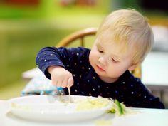 4 motivi per fare mangiare con le mani il bambino durante lo svezzamento
