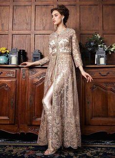 Gestickter Netzanzug im Abaya-Stil in Roségold. Pakistani Bridal Dresses, Pakistani Dress Design, Pakistani Outfits, Indian Outfits, Walima Dress, Pakistani Clothing, Eid Outfits, Dress Outfits, Abaya Fashion