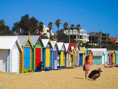 """Dendy Street Beach, Melbourne, Austrália - Com 82 """"casas de banho"""" coloridas, essa praia permite que as pessoas troquem suas roupas de banho por roupas casuais e vice-versa. A arquitetura vitoriana dá um charme a mais."""