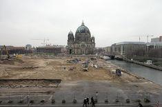 2008: Der Palast ist im Dezember abgeräumt. Nur ein paar Überreste stehen noch, die von Baggern beseitigt werden. Im Hintergrund: der Berliner Dom. Wwii, Places To Travel, Taj Mahal, The Past, Germany, In This Moment, History, Architecture, Austria