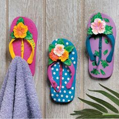 9 Fun Flip Flop Decorations and Crafts for your Home - Coastal Decor Ideas and Interior Design Inspiration Images Decor Crafts, Diy And Crafts, Arts And Crafts, Craft Decorations, Flip Flop Decorations, Holiday Decorations, Wreaths Crafts, Owl Wreaths, Hanging Decorations